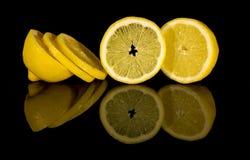 切在黑背景的柠檬 免版税库存图片