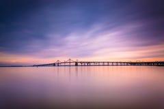 切塞皮克湾桥梁的长的曝光,从桑迪点Sta 库存照片