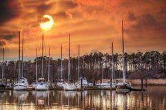 切塞皮克湾的小船小游艇船坞在日落 图库摄影