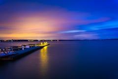 切塞皮克湾的船坞在晚上,在格雷斯港, Marylan 库存图片
