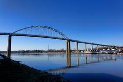 切塞皮克犬在C&D运河的城市桥梁 库存照片