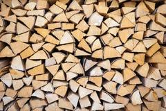 切好的和被堆积的堆木头 免版税库存照片