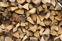 切好的和被堆积的堆杉木和桦树木头纹理 免版税库存图片