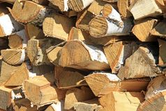 切好的和被堆积的桦树木柴 免版税库存照片