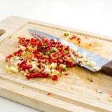 切好的大蒜的选择聚焦图象与红色和绿色热的c的 图库摄影
