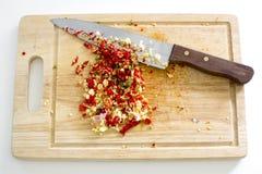 切好的大蒜的选择聚焦图象与红色和绿色热的c的 免版税库存照片
