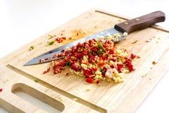 切好的大蒜的选择聚焦图象与红色和绿色热的c的 库存照片