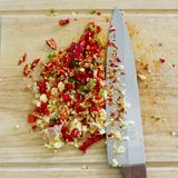 切好的大蒜的选择聚焦图象与红色的和greeen辣椒 库存图片