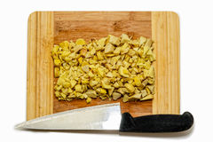 切好的姜根插块和刀子顶视图 免版税库存照片