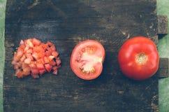 切好的有机和可口蕃茄整个  免版税库存照片