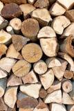 切好的木柴记录堆 免版税库存图片