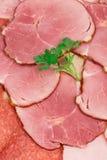 切好的烟肉和肉在板材 图库摄影