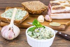 切好的烟肉开胃菜用大蒜和草本 免版税库存图片