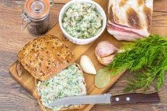 切好的烟肉开胃菜用大蒜和草本 库存图片