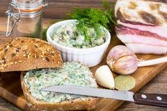 切好的烟肉开胃菜用大蒜和草本 图库摄影