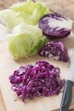 切好的红叶卷心菜和绿色莴苣 免版税库存图片