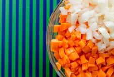 切好的红萝卜和葱在碗 背景蓝绿色 免版税库存图片