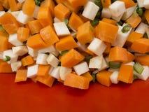 切好的芹菜、欧洲防风草、红萝卜和芹菜偷偷靠近 库存照片