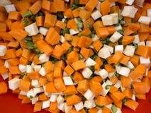 切好的芹菜、欧洲防风草、红萝卜和芹菜偷偷靠近 免版税库存照片