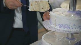切婚宴喜饼的人的手 股票视频
