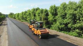 切尔卡瑟地区,乌克兰- 2018年5月31日:在高速公路的修理,放置新的沥青的过程的鸟瞰图 股票视频