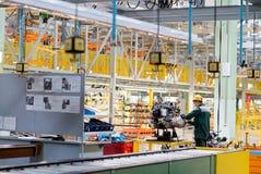 切尔卡瑟,乌克兰- 2013年6月17日:汽车装配的新的生产线用现代设备 免版税库存图片