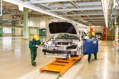 切尔卡瑟,乌克兰- 2013年6月17日:汽车装配的新的生产线用现代设备 免版税图库摄影