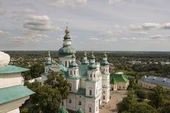 切尔尼戈夫,乌克兰 2017年8月15日 有绿色圆顶和金十字架的基督徒正统白色教会 高视图 镇静天空 免版税图库摄影