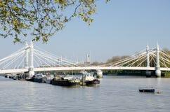 从切尔西堤防的泰晤士河伦敦与阿尔伯特桥梁和驳船 免版税库存图片