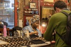 切尔西市场,纽约,美国- 2018年5月14日:妇女在切尔西市场上的卖首饰 免版税库存照片