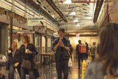 切尔西市场,纽约,美国- 2018年5月14日:顾客和访客在切尔西市场上 库存图片