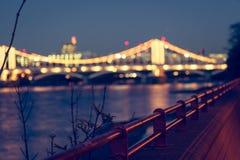 切尔西桥梁夜退了色 库存图片