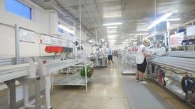 16 10 2018 - 切尔诺夫策,乌克兰 工作在缆绳的生产的一家工厂的人们汽车的 股票视频