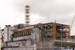 切尔诺贝利灾害基辅内存纪念碑核工厂次幂区域乌克兰 在老被毁坏的石棺的看法在新的安全禁闭的盖子驻地前 Pripyat 免版税图库摄影