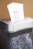 切废纸机工作 免版税库存照片