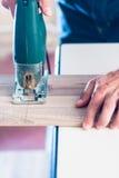 切开与夹具的DIY工作者木盘区看见了 图库摄影