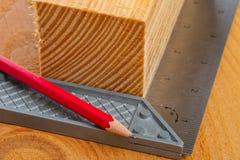 切开与曲尺和铅笔的木头 免版税库存图片