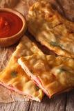 切开与火腿和乳酪特写镜头的意大利薄饼calzone 垂直 库存图片