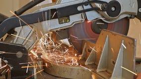 切开与研磨机的工作者金属 火花,当研铁时 影视素材