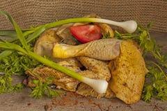 切开与调味料的农夫母鸡在委员会 免版税库存图片