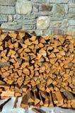 切开与轴的木头在山 免版税库存照片