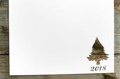 切开在冷杉木形状的纸在桌上 免版税库存照片