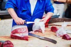 切开在鱼市上的人大西洋金枪鱼 免版税库存照片
