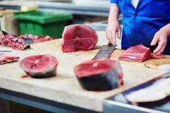 切开在鱼市上的人大西洋金枪鱼 图库摄影