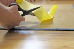 切开地毯夹子磁带的剪刀 库存照片