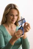 切开妇女的看板卡赊帐 库存图片