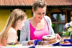 切开家庭的母亲蛋糕 库存图片