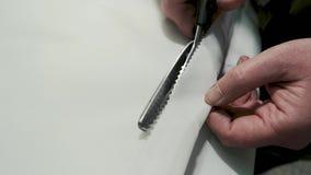 切开布料的剪刀 影视素材