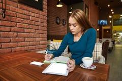 切开律师使用数字式桌的妇女, 免版税库存照片