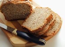 切开成切片麸皮面包,洒与向日葵种子 免版税库存图片